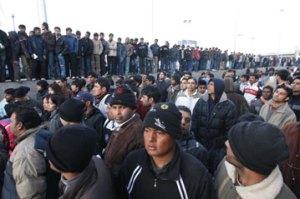Αιτούντες άσυλο συνωστίζονται  στη Διεύθυνση Αλλοδαπών στην Πέτρου Ράλλη  © Γιώργος Μουτάφης